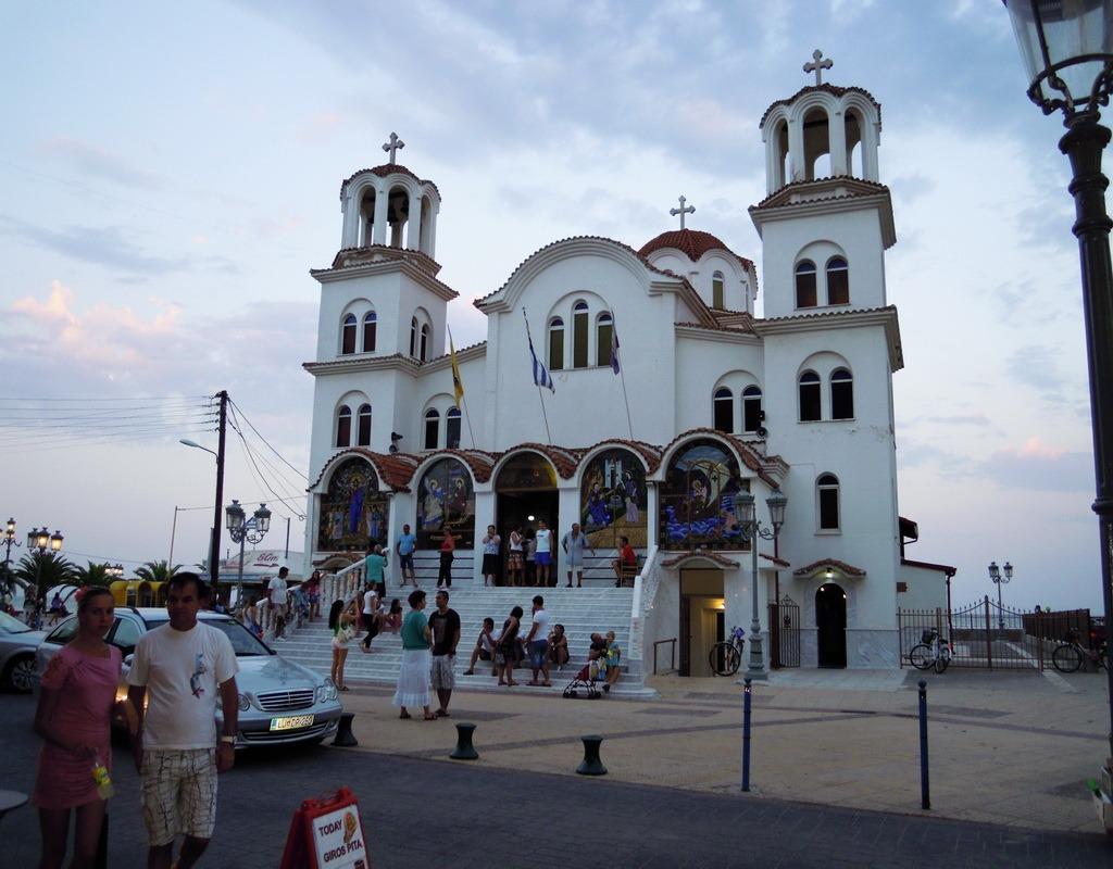 Crkva u centru - glavni motiv razgledanica iz Paralije, ali i mesto svih sastajanja :)