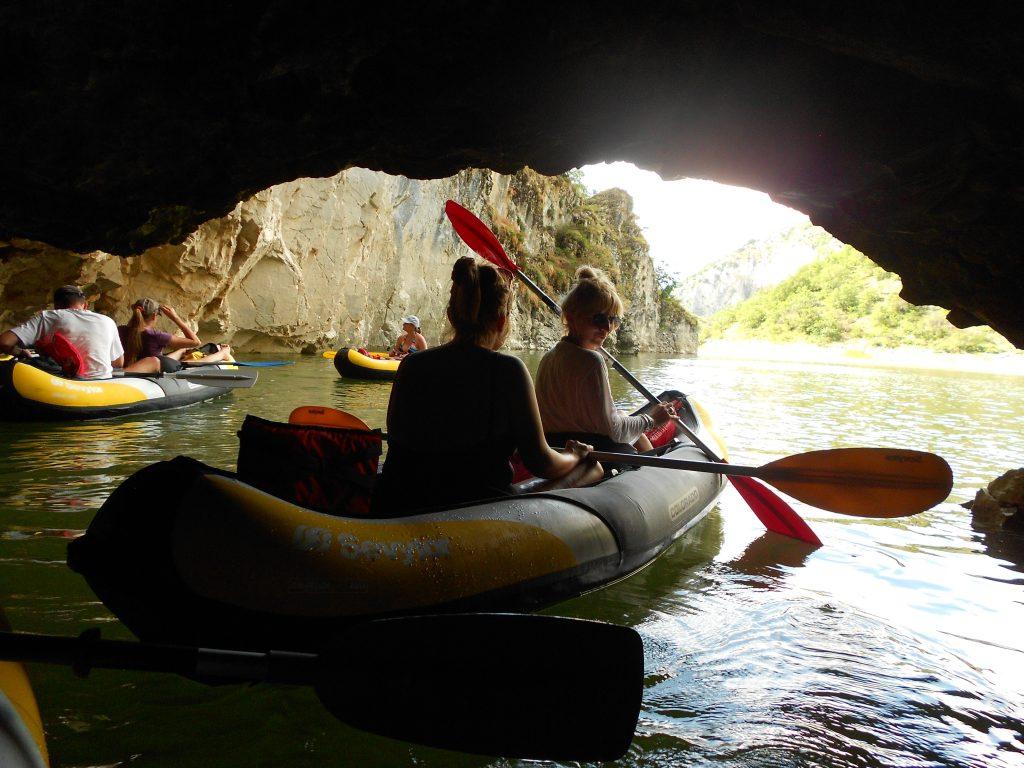 kajakom kroz pećinu, uvac, srbija